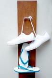 Zapatillas de deporte y sandalia Fotografía de archivo