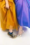 Zapatillas de deporte y tacones altos en vestidos del baile de fin de curso Fotos de archivo libres de regalías