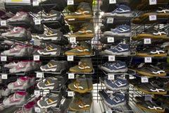 Zapatillas de deporte y zapatos que activan calificados Fotos de archivo libres de regalías