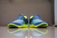 Zapatillas deportivas de la mujer sin la secuencia en fondo de la falta de definición con el refle fotos de archivo libres de regalías