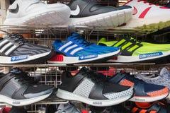 Zapatillas deportivas falsificadas en mercado Fotografía de archivo libre de regalías