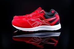 zapatillas deportivas rojas fotografía de archivo libre de regalías