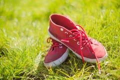Zapatillas deportivas rojas con los cordones blancos Imágenes de archivo libres de regalías