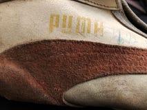 Zapatillas deportivas viejas con los puntos fotos de archivo libres de regalías