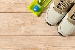 Zapatillas deportivas y accesorios grises de la aptitud en fondo de madera fotografía de archivo