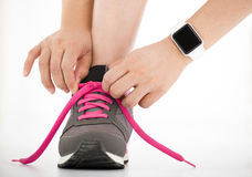Zapatillas deportivas y smartwatch de los deportes del corredor fotografía de archivo libre de regalías