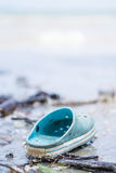 Zapato abandonado azul en la playa Imágenes de archivo libres de regalías