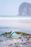Zapato abandonado azul en la playa Fotografía de archivo libre de regalías