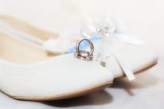 Zapato, anillo y accesorios antes de su boda Fotografía de archivo libre de regalías