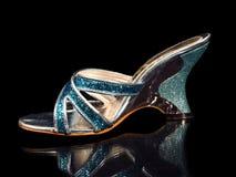 Zapato azul de la mujer aislado en fondo negro Fotografía de archivo