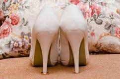 Zapato blanco de la novia Imagen de archivo libre de regalías