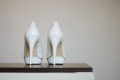 Zapato blanco de la novia Imagen de archivo