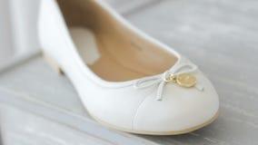 Zapato blanco en un primer del aparador metrajes