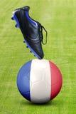 Zapato con el balón de fútbol y la bandera de Francia Imágenes de archivo libres de regalías