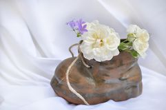 Zapato con las flores Fotos de archivo libres de regalías