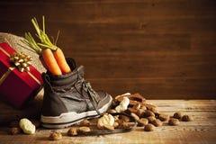 Zapato con las zanahorias, para el día de fiesta holandés 'Sinterklaas' Imagen de archivo libre de regalías