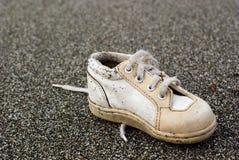 Zapato de bebé en la playa Fotos de archivo
