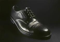 Zapato de cuero clásico negro para los hombres Imagenes de archivo