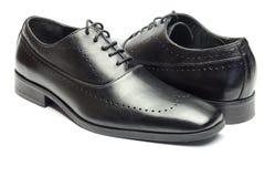 Zapato de cuero negro clásico del ` s de los hombres aislado en el fondo blanco Imagen de archivo