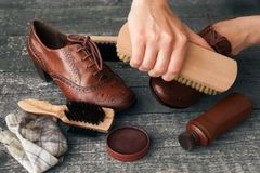 Zapato de la limpieza del artesano con el cepillo Foto de archivo