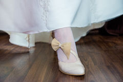 Zapato de la novia con el arco Fotos de archivo