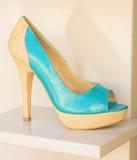 Zapato de las señoras de la turquesa y de la crema. Fotos de archivo