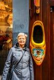 Zapato de madera grande, pintado en modelo tradicional y los colores holandeses, colgando fuera de tienda de souvenirs en Amsterd imagenes de archivo