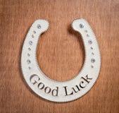 Zapato del caballo de la buena suerte en un escritorio de madera Fotos de archivo