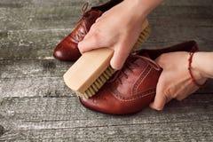 Zapato del pulimento del pulidor del zapato con el cepillo Imágenes de archivo libres de regalías