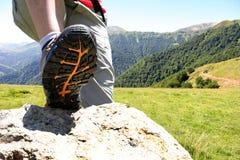 Zapato del senderismo en las montañas Fotos de archivo libres de regalías