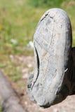 Zapato del senderismo roto después de uso intensivo Foto de archivo libre de regalías