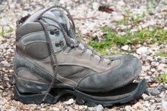 Zapato del senderismo roto después de uso intensivo Imágenes de archivo libres de regalías