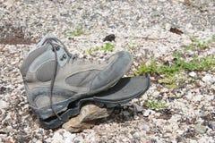 Zapato del senderismo roto después de uso intensivo Fotografía de archivo