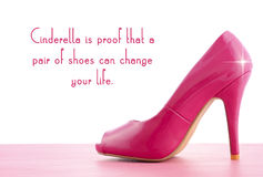 Zapato del tacón alto con cita famosa foto de archivo libre de regalías