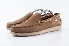 Zapato elegante de cuero marrón masculino en el fondo blanco Imágenes de archivo libres de regalías