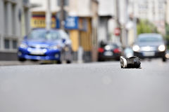 Zapato en la calle con los coches en fondo después del accidente Foto de archivo libre de regalías