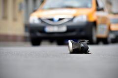 Zapato en la calle con los coches en fondo después del accidente Fotos de archivo libres de regalías