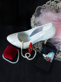 Zapato femenino blanco con los tacones altos, el lápiz labial rojo y el smartphone con la foto en la pantalla Imagenes de archivo