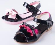 zapato las sandalias del niño en un fondo Fotografía de archivo libre de regalías
