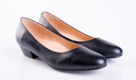 zapato o zapatos negros de la señora del color en un fondo Fotografía de archivo