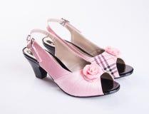zapato o zapatos rosados de la niña del color en un fondo Imagenes de archivo