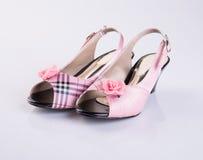 zapato o zapatos rosados de la niña del color en un fondo Foto de archivo