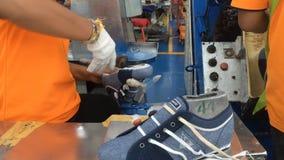 Zapato que hace la fábrica almacen de metraje de vídeo