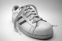 Zapato que recorre atado blanco y negro de las señoras Imagenes de archivo