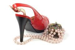 Zapato y joyería rojos Imagen de archivo libre de regalías