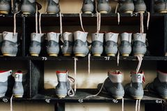 Zapatos abandonados del patinaje de hielo - centro turístico abandonado de Nevele - montañas de Catskill, Nueva York Fotos de archivo libres de regalías