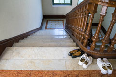 3 zapatos acercan a la escalera de madera Foto de archivo
