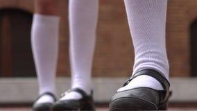 Zapatos adolescentes de las muchachas y calcetines blancos Fotos de archivo