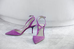 Zapatos alto-curados mujer en una alfombra Copie el espacio Compras Imagen de archivo libre de regalías