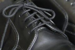 Zapatos atados cuero negro Imágenes de archivo libres de regalías